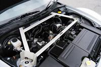 エンジンカバーを取り外し、パフォーマンスバーでボディを強化。ほかに、足まわりやブレーキパッドなどが変更されていた。
