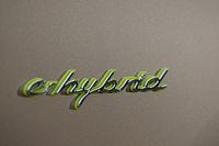 メカニズムの特徴を示す「e-hybrid」エンブレム。「カイエンS E-ハイブリッド」の各所には、象徴的なアクセントカラーとして黄緑色が使われる。
