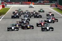 スタートシーン。ポールシッターのロズベルグ(前列左)が出遅れ、予選2位のルイス・ハミルトン(同右)がトップ、セバスチャン・ベッテル(同中央)が3位から2位に上がった。(Photo=Red Bull Racing)
