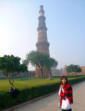 モーターショーだけでなく、その土地の文化に触れることは重要。今回も、デリーに到着した初日に市内観光です。まずは、インド最古のイスラム建築とされる「クトゥブ・ミナール」から。世界遺産です。