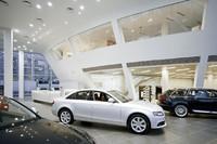 店内の様子。最大12台の新型車が展示される。