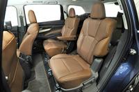 2列目シートは、写真のキャプテンシートのほかに3人掛けのベンチタイプも用意される。