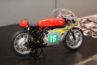 タミヤのもうひとつの目玉が、1/12の1966年「ホンダRC166」。今年、二輪世界ロードレースGP参戦50周年を迎えたホンダが、66年に5クラス(50、125、250、350、500)を完全制覇した際の中心となった、空冷並列6気筒DOHC250ccエンジンを積んだマシン。天才ライダー、マイク・ヘイルウッドが駆り、10戦10勝した。「プラスチック成型の限界に挑戦した」という直径0.4mmのスポークをはじめ、各部を精密に再現。金属製のディテールアップパーツとともに、12月発売予定。価格は5460円。