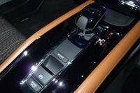 ピアノブラック調でコーディネートされた「ヴェゼル」のセンターコンソール。電動パーキングブレーキと、ブレーキホールド機能のスイッチが備えられている。