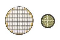 従来のシリコンパワー半導体(左)とSiCパワー半導体(右)のウェーハ。