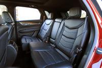 後席は左右独立してのリクライニングおよびスライド調整が可能。「プラチナム」では、後席温度調整機能付きのエアコンやシートヒーターも装備される。