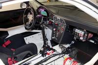 ロールオーバーケージが備わる「GT3 R」のインテリア。鉄板剥き出しの車内に、難燃性の素材を使ったドライバーズシートが置かれる。