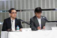 SiCパワー半導体の特徴を説明する、トヨタ自動車 第3電子開発部の戸田敬二氏(右)と、濱田公守氏(左)。