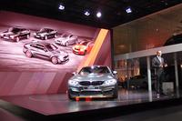 新型「7シリーズ」に続いて披露された「M4 GTS」。BMW M社のフランシスカス・ファン・メール社長(写真右端)自ら、その高性能ぶりを紹介した。