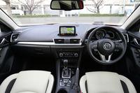 インテリアの様子。デザインに際し、運転席には包まれ感を、助手席には開放感と安心感を与えたという。