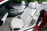 標準装備されるダコタレザーのシート。カラーは写真のアイボリーホワイトのほか、ブラックとシナモンブラウンが選べる。