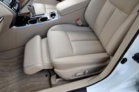 初代から受け継がれてきた「ティアナ」の目玉装備の一つである助手席パワーオットマン。新型では「XV」「XL」の2グレードに装備される。