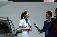 地元メディアのインタビューを受けるスバルの車両説明嬢。