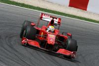 フェリッペ・マッサ(写真)は予選で4位につけ、フェラーリ「F60」に復調の兆しがみられた。レースではKERSのお陰もあり、マッサがベッテルを抑えポディウムを狙ったものの、給油装置の不具合でゴールまでの燃料が足らないことが発覚。ペースを落として6位でフィニッシュした。キミ・ライコネンは予選Q1で敗退、決勝ではハイドロリックトラブルでリタイア。今年のフェラーリの問題は、マシン、チームオペレーション双方にある。レース後、マッサは今シーズンの敗北を認める発言をした。(写真=Ferrari)