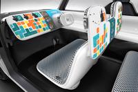 運転に関わるインフォメーションは、真っ白な板状のインストゥルメントパネルに写し出される。