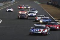 GT500クラスのスタートシーン。先頭をゆくのは、ポールポジションからスタートしたNo.18 ウイダー HSV-010。そのまま完勝といえるレース展開となった。