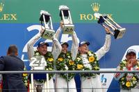 トロフィーを手に勝利を喜ぶ、No.19 ポルシェ919 ハイブリッドのドライバーたち。ポルシェとしては1998年以来、久々の優勝となった。(photo=Motoko Shimamura)
