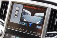 「クラウン」に搭載される安全装備のひとつ、「パノラミックビューモニター」。周囲の様子を画面で確認することができる。