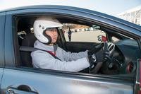 """NISMOドライビングアカデミーに挑戦する筆者。車両だけでなく、ヘルメットとグローブも借り物という""""サーキット初心者""""である。"""