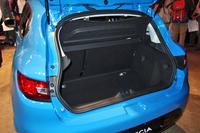 荷室の容量は、先代モデルよりも12リッター多い300リッターが確保される。