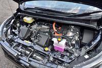 基本的に「プリウス」と同じ、1.8リッターのアトキンソンサイクルエンジンを中心に構成されるハイブリッドシステムが搭載される。JC08モード燃費は23.8km/リッター。