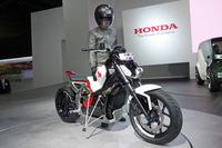 コンセプトモデルの「ライディングアシスト-e」は、この東京ショーが世界初公開の場となった。低速走行時にマシン自体がバランスをとることで、ライダーをサポートする。