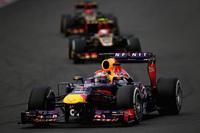 今季6回目、自身通算42回目のポールポジションからレースをコントロールしたベッテル(手前)。終盤、ロータスの2台(奥)が背後につくも、ファステストラップ連発で突き放し、貫禄勝ち。この勝利で、早ければ次戦日本GPで4連覇達成の可能性が出てきた。(Photo=Red Bull Racing)