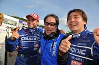 勝利を喜ぶ、カルソニックIMPULの面々。写真左から、J.P・デ・オリベイラ、星野一義監督、そして松田次生。