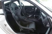 シートはレザー表皮のバケットシートを装着。ノーマル911のシートより、約20kg軽いという。クラブスポーツパッケージの場合は、難燃繊維表皮の赤いバケットシートになる。