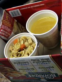 缶詰パスタを食べる。コップに入りきらないので麺とスープに分けて「チン」した。