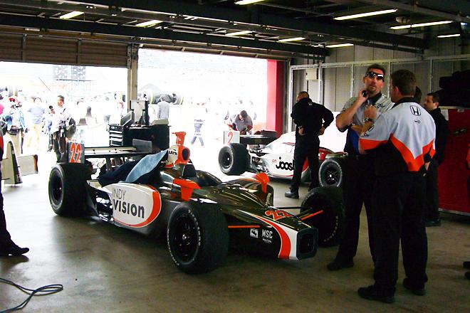決勝前の調整にいそがしい、「ヴィジョン・レーシング」のピット。場内には、エタノール燃料独特の、天然ガスを思わせる匂いがたちこめる。