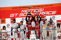 予選で、レースで、好成績をあげれば、そのぶんウェイトハンデが重くなる。シーズンを通してイコールコンディションを保つためのルールは、GTレースならではのもの。(写真=日産自動車)