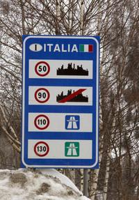 イタリアの道路標識は日本と同じで、一般道が青、有料道は緑だ。