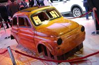 フィアットは、新型SUV「500X」の伝統を匂わせるべく、先々代「500」の木型を展示。