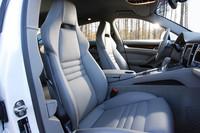 パナメーラターボには標準、S/4Sにはオプション設定されるアダプティブスポーツシートは、クッションが硬めで、座面やバックレスト左右のサイド部などが深い、サポート性に優れたスポーティなデザイン。前後位置、高さはもちろん、座面の角度/長さなど18wayの電動調節機能を備える。シートヒーターも標準装備。