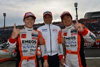 勝利を喜ぶ、No.6 ENEOS SUSTINA SC430の面々。