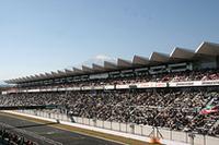 入場者数は約3万人、ほぼ満員のグランドスタンドを富士山が見下ろす。