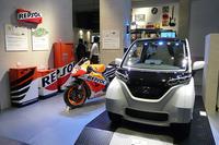 家庭用ガスエンジンコージェネレーションユニットを採用した、未来の家庭のガレージを表現。壁際には、バイクと同じレプソルカラーの蓄電池や貯湯タンクなどが並ぶ。