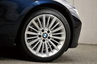 「BMW 328i」の「ラグジュアリー」に標準で備わる、18インチ「マルチスポーク・スタイリング416アロイホイール」。「スポーツ」や「モダン」には、同サイズで異なるデザインのものが与えられる。