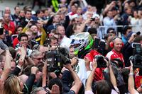 2014年第3戦バーレーンGP以来となる3位表彰台にわいたフォースインディアのセルジオ・ペレス。セーフティーカーラン中のタイヤ交換が奏功し、表彰台圏内までのぼりつめた。レース終盤、苦しいタイヤでバルテリ・ボッタス、キミ・ライコネンに抜かれるも、先行した2台が接触、3位奪還となった。(Photo=Force India)