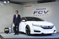 「ホンダFCVコンセプト」「ホンダ・パワーエクスポート コンセプト」とともに撮影に応じる、本田技研工業の伊東孝紳社長。
