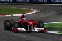 スタートでロケットのごとく俊足ぶりを発揮したフェルナンド・アロンソのフェラーリ。いきなりのトッブ奪取で地元ファンのティフォシたちを喜ばせたが、5周目にはベッテルに抜かれ、終盤には追い上げるバトンにもかわされ3位。(Photo=Ferrari)