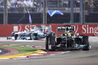 メルセデスのロズベルグ(写真前)は、レース序盤から2位を走るもベッテルを追えず、逆に後続集団にフタをするかっこうとなった。さらにセーフティーカー導入でチームはステイアウト(コースにとどまる)の決断を下し、結果的に表彰台も守り切れなかった。ロズベルグ4位、ルイス・ハミルトンは5位でゴール。(Photo=Mercedes)