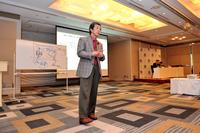 華創日本の代表取締役兼COOとしてスピーチする水野和敏氏。
