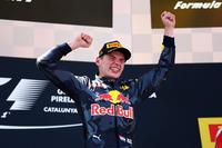 """レース終盤、ライコネンからのプレッシャーにも動じず見事優勝を遂げたフェルスタッペン。トロロッソからレッドブルに""""昇格""""したばかりの最初のレースでの快挙となった。18歳227日で最年少優勝記録を打ち立てたばかりか、初のオランダ人F1ウィナー、最年少レースリーダー&ポディウムというレコードまで樹立した。(Photo=Red Bull Racing)"""