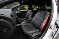 レッドのシートベルトが目を引くインテリア。パーフォレーテッドレザー・コンビネーションシートも標準装備となる。