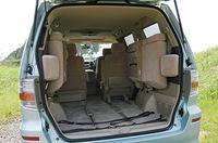 開口部は約110cm、高さも十分あるとはいえ、サードシートを一番後ろまで下げると、荷室の奥行きは30cm強。セカンドシートまでなら74cmあり、かなり余裕がある。