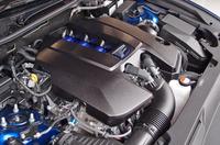 最高出力477ps、最大トルク54.0kgmを発生する5リッターV8エンジン。街中などでの定常走行域では、燃費を稼ぐべくアトキンソンサイクルとなる。JC08モードの燃費値は8.2km/リッター。