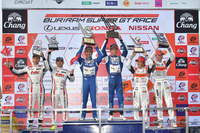 GT300クラスの表彰式。中央のNo.25 VivaC 86 MC(土屋武士/松井孝允)は、ポール・トゥ・ウィンで今シーズン初勝利。