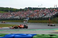 苦しむフェラーリの中でもひときわ厳しい戦いを強いられてきたキミ・ライコネン(写真前)。ハンガリーでもチームの判断ミスで予選Q1敗退と不運に見舞われたものの、16番グリッドから徐々に挽回し、今季最上位となる6位入賞を果たした。(Photo=Ferrari)